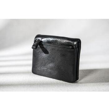 タンニン本革の布を二つ折りにしました。シンプロの短财布の运転免许の运転证バッグメレンズレッディィです。この革のお金を拾って、お金を入れて、黒い色になります。